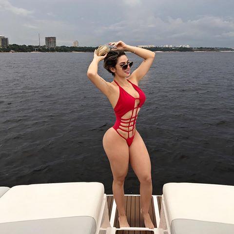 Modelo tira foto destacando o rio Negro - Modelo Mariana Carolina1 - Modelo Mariana Carolina esta sendo ameaçada de morte por traficante